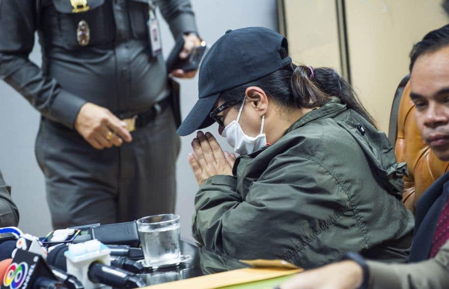 La mère d'une victime de trafic sexuel au siège de la police à Bangkok.