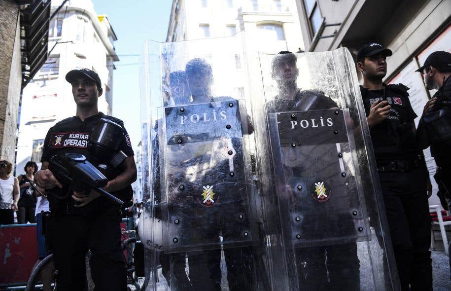 Avant la manifestation sur la célèbre place Taksim, d'importantes forces de police présentes dans le quartier avaient bouclé plusieurs accès.