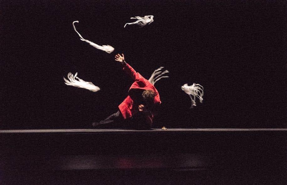 Le spectacle prend réellement son envol quand Étienne Saglio, figure majeure de la magie nouvelle, s'amène avec ses créatures fantasmagoriques.