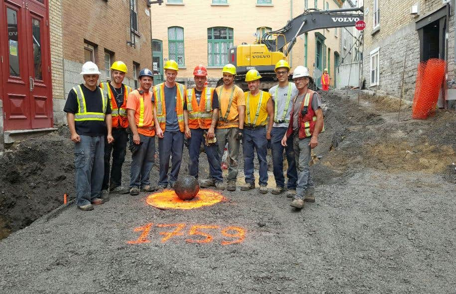 Ces travailleurs croyaient avoir découvert un boulet, il s'agissait plutôt d'une bombe.