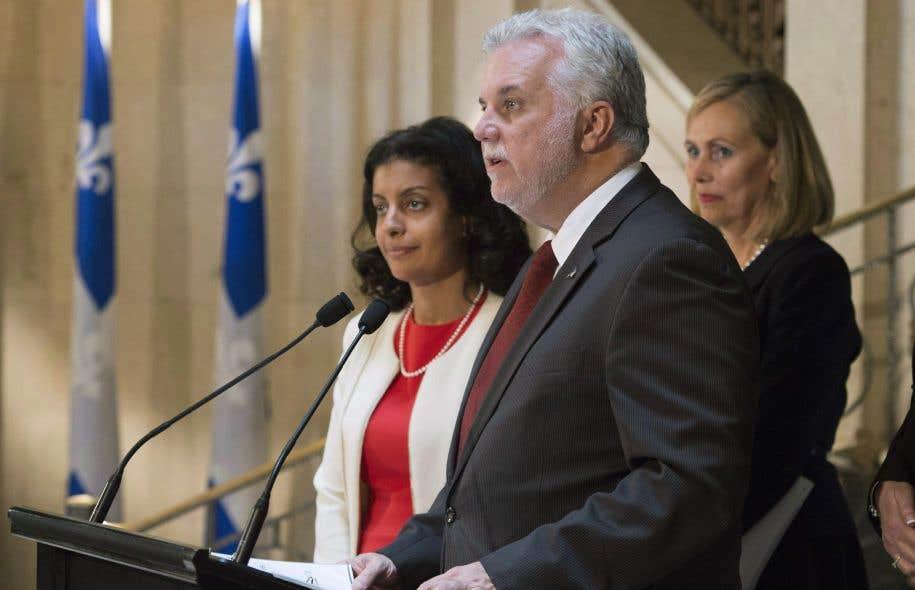 Le premier ministre du Québec, Philippe Couillard, annonce la nomination de Monique Leroux (à droite) pour présider leConseil consultatif sur l'économie et l'innovation, en octobre 2016.