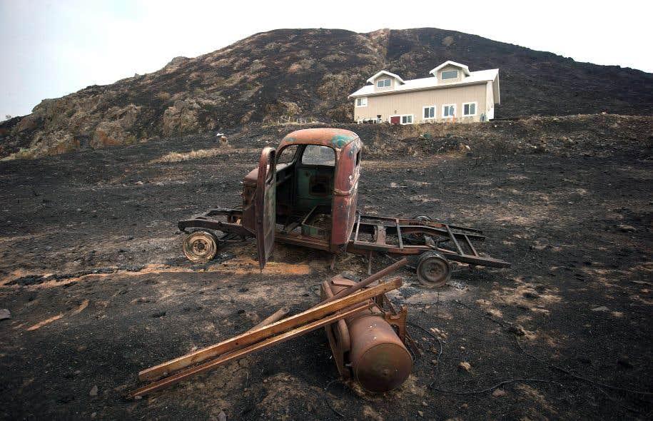 Une vieille camionnette a complètement brûlé au passage des flammes plus tôt cette semaine à Boston Flats, en Colombie-Britannique.