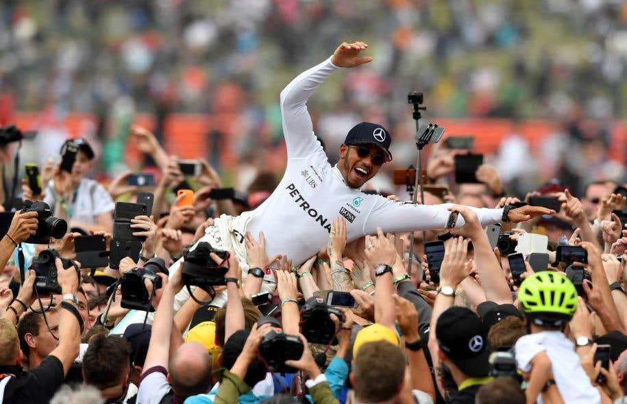 Le pilote britannique Lewis Hamilton célèbre son quatrième triomphe d'affilée.
