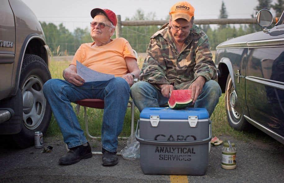 Garth Lee (à gauche) et son petit-fils Floyd ont été évacué de leur demeure de 108 Mile Ranch.