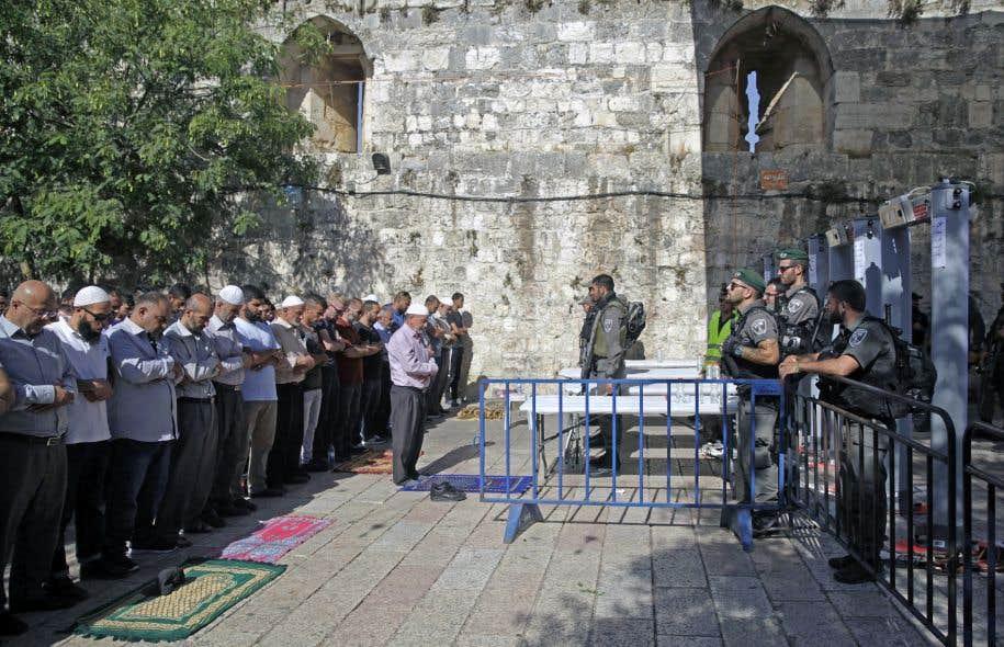 Comme dimanche, des centaines de musulmans ont prié à l'extérieur de deux des entrées du site pour protester contre l'installation des détecteurs de métaux.
