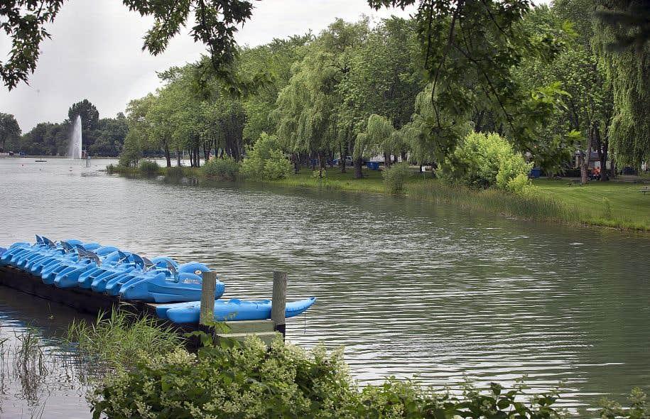 Le lac artificiel, surmonté d'une immense fontaine, trône au milieu du centre de villégiature.