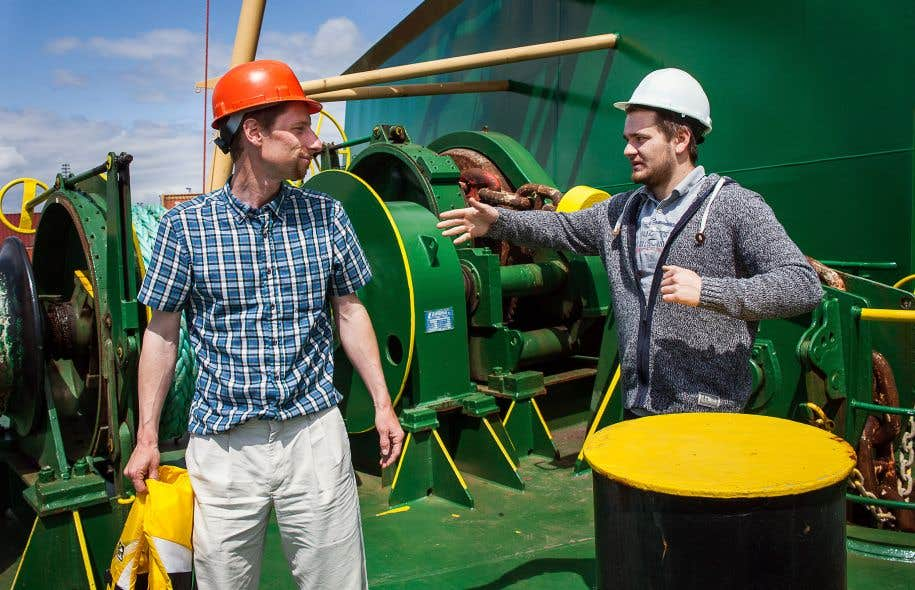 Dave Rozeboom, un des aumôniers de la Maison des marins, et Sasha Mykhachuk, un marin ukrainien, sur le pont du Msc Hannah