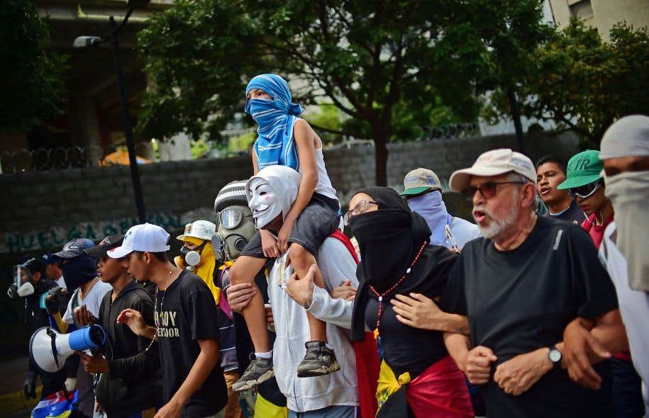 Des activistes antigouvernement manifestaient contre l'entrée en fonction de l'Assemblée constituante, vendredi à Caracas.