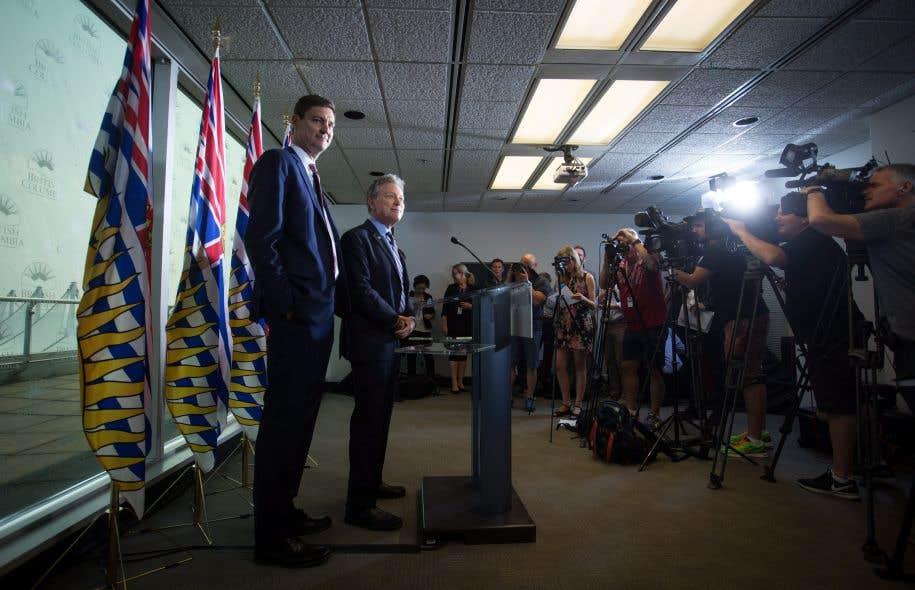 Le ministre de l'Environnement de la Colombie-Britannique, George Heyman (à droite), a rappelé que la province n'avait approuvé jusqu'ici seulement trois des huit plans de gestion environnementale.