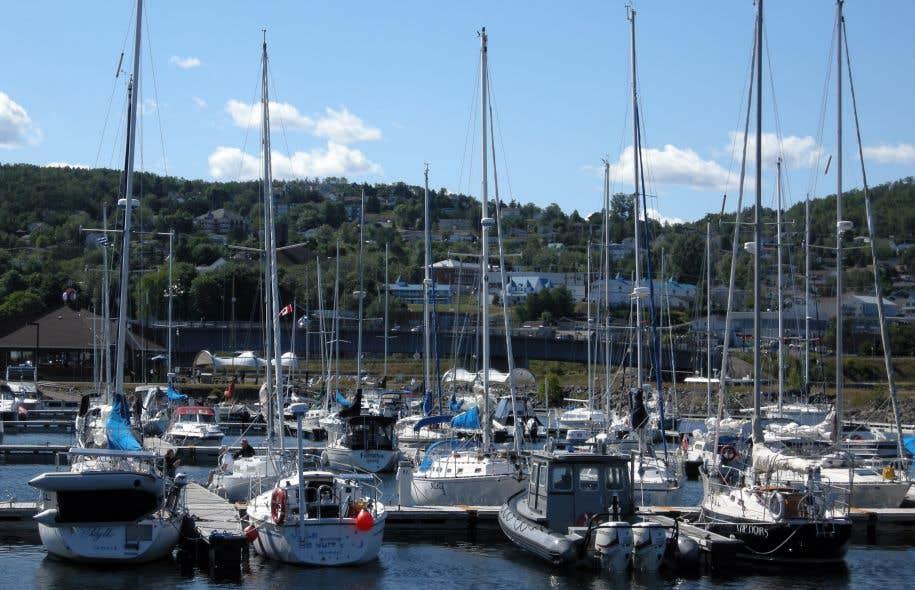 La marina de Gaspé avec la ville en arrière-plan