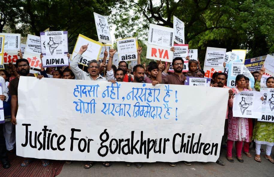 Face à l'indignation et à la colère suscitées par cette tragédie, partis d'opposition et critiques du gouvernement ont réclamé la démission de Yogi Adityanath, un prêtre hindou qui a remporté les élections en mars dans cet État.
