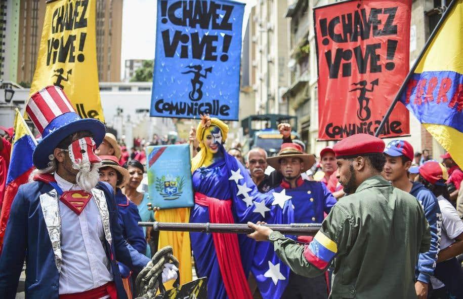 Des manifestants progouvernement ont battu le pavé à Caracas, lundi, pour démontrer leur appui au président vénézuélien.