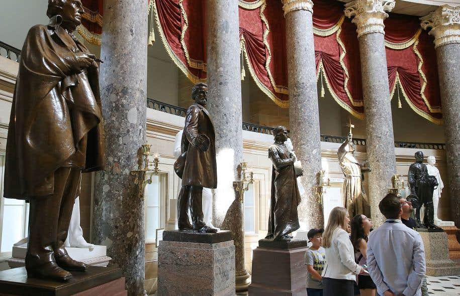 Un bronze du président déchu des États confédérés, Jefferson Davis (à gauche), dans un hall du Capitole à Washington, D.C.