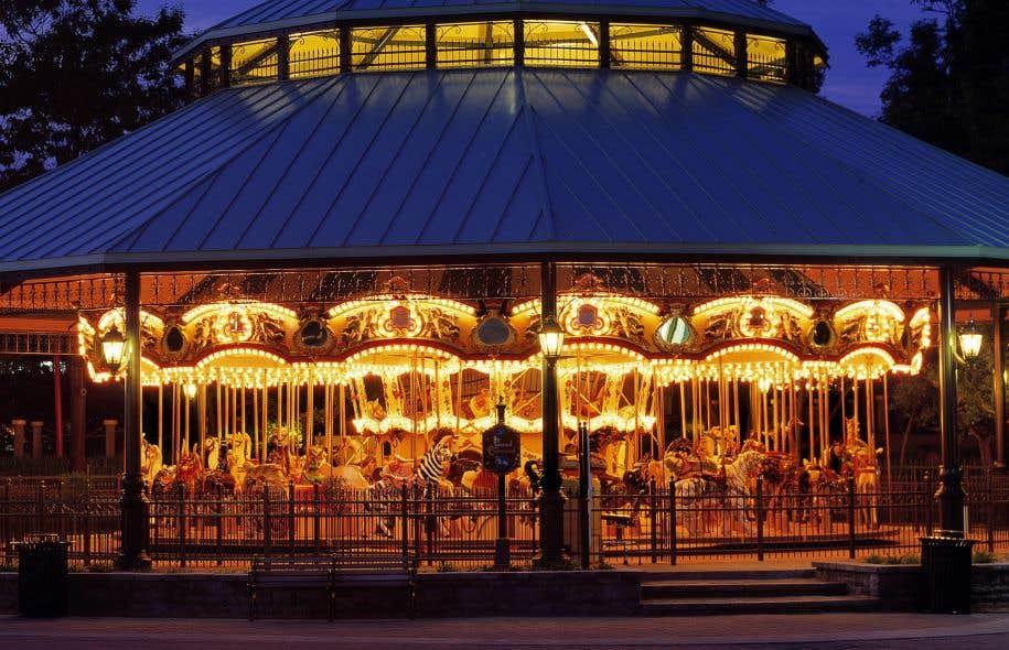 La Ronde possède deux carrousels, dont le «plus vieux galopant au monde», fabriqué en Belgique en 1885 et restauré dans les années 2000.
