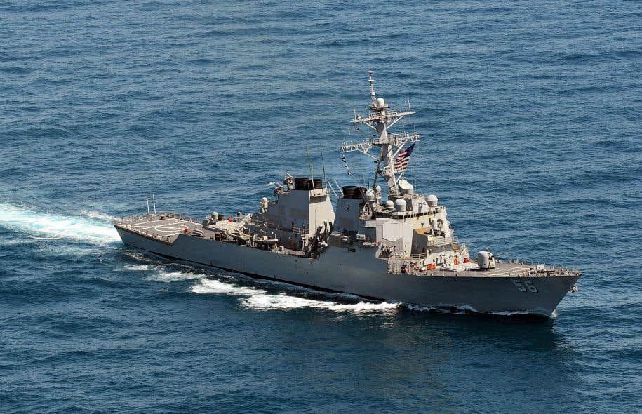 Un destroyer américain percute un navire marchand près de Singapour