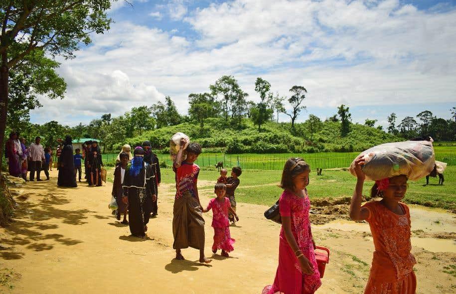 Depuis vendredi, des milliers de civils Rohingyas ont fui les violences vers le Bangladesh.
