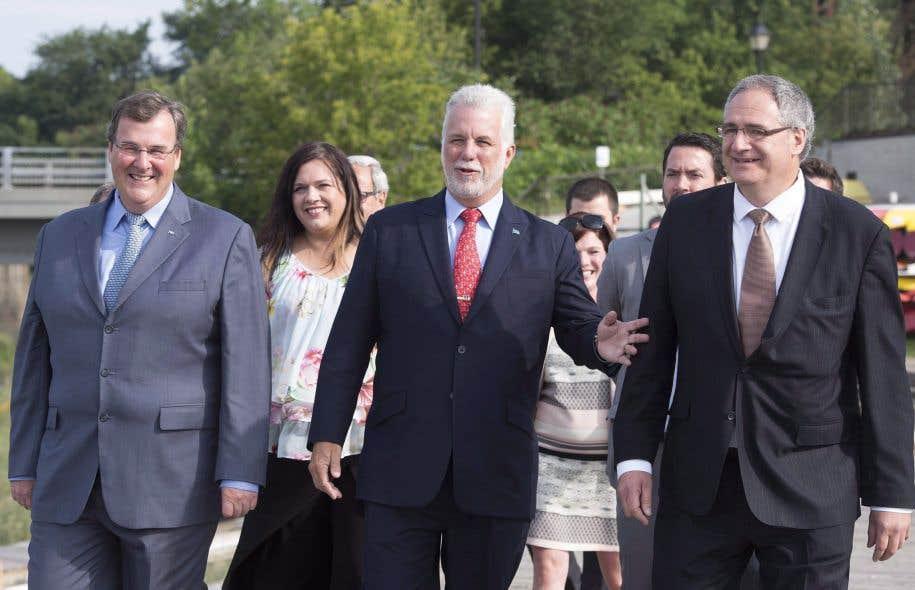 Éric Tétrault (à droite) en compagnie du premier ministre Philippe Couillard et du ministre François Blais lors de l'annonce de sa candidature, le 15 août dernier