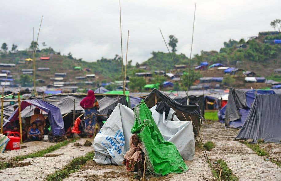 Une réfugiée rohingya est assise près d'un abri temporaire de l'ONU dans un camp près de la ville de Ukhia, au Bangladesh, le 9septembre 2017.