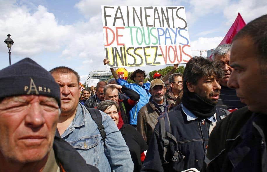 Sur les pancartes, le président Macron était ciblé, comme ici à Paris, pour ses propos dans lesquels il promettait de ne céder «ni aux fainéants, ni aux cyniques, ni aux extrêmes».