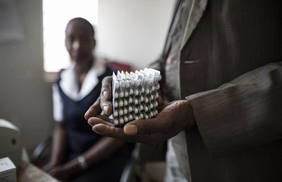 Une patiente atteinte du VIH reçoit l'équivalent d'un mois de médication au Malawi.