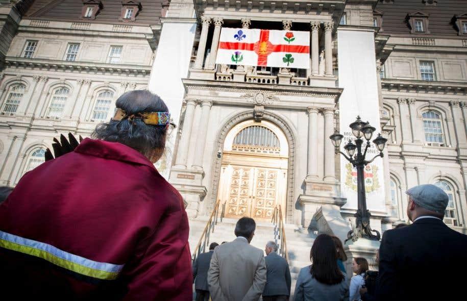 Arbre de la paix, de l'harmonie et de la concorde, le pin blanc s'ajoute au lys, à la rose, au chardon et au trèfle déjà présents sur le drapeau pour rappeler les «peuples fondateurs».