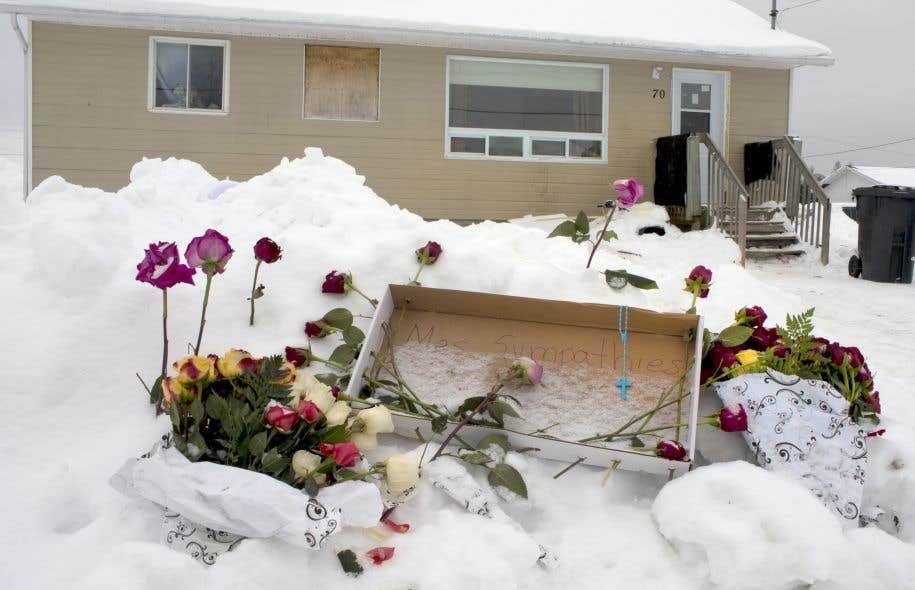 Thierry Leroux a été tué en service à Lac-Simon le 13 février 2016. Des fleurs avaient été placées devant la demeure de la famille du policier par des membres de la communauté.