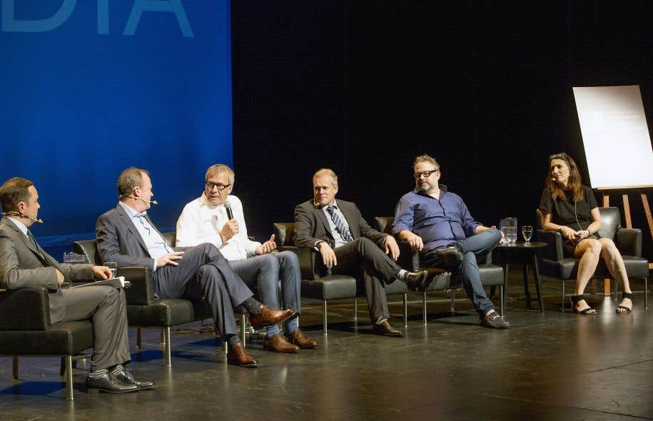 L'animateur de la soirée, le journaliste Gérald Fillion, en compagnie de Michel Bissonnette, de Radio-Canada, Guy Crevier, de «La Presse», Brian Myles, du «Devoir», Alexandre Taillefer, le patron de «L'actualité», et Colette Brin, du Centre d'études sur les médias.