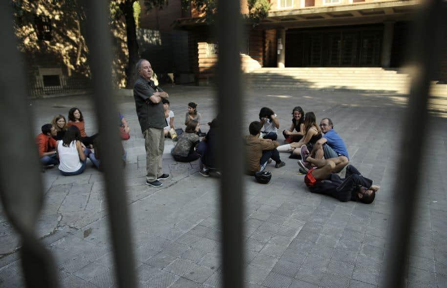 Des électeurs catalans ont occupé la cour de l'école primaire Collaso i Gil, soit l'un des endroits désignés à Barcelone pour voter dans le cadre du référendum sur l'indépendance.