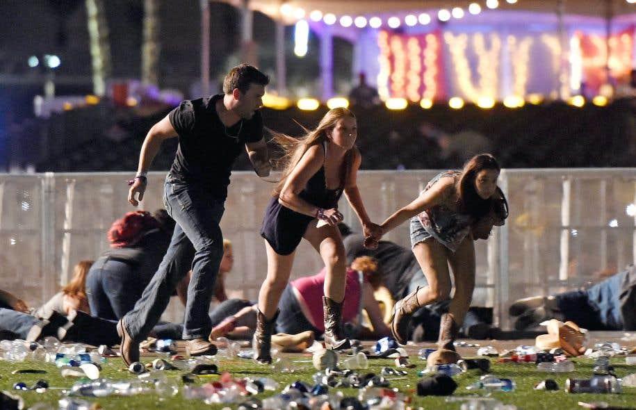 Pris pour cible par un homme lourdement armé, des spectateurs d'un concert en plein air à Las Vegas tentaient de fuir ou de se mettre à l'abri.