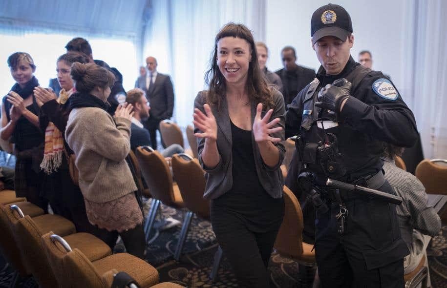 Une trentaine d'opposants ont perturbé le début de l'assemblée des actionnaires de Petrolia, puis ont été expulsés par des policiers déjà sur place.