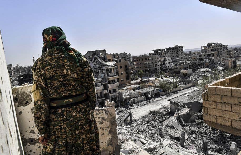 Un combattant des Forces démocratiques syriennes surveille une zone dans l'ouest de Raqqa, en Syrie, le 8octobre 2017.