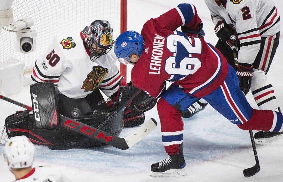 Le gardien des Blackhawks de Chicago Corey Crawford bloque un tir de de l'attaquant du Canadien Artturi Lehkonen en troisième période.