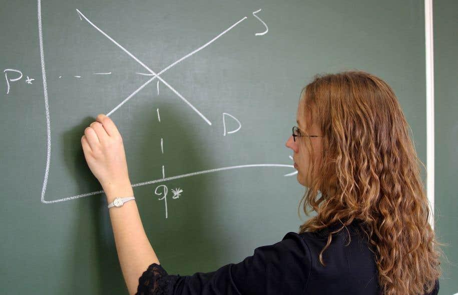 Le cours d'éducation à l'économie vise à démystifier les notions de consommation, de crédit, d'épargne, de budget, de pouvoir d'achat, de marché du travail, d'impôt et de financement des études supérieures.