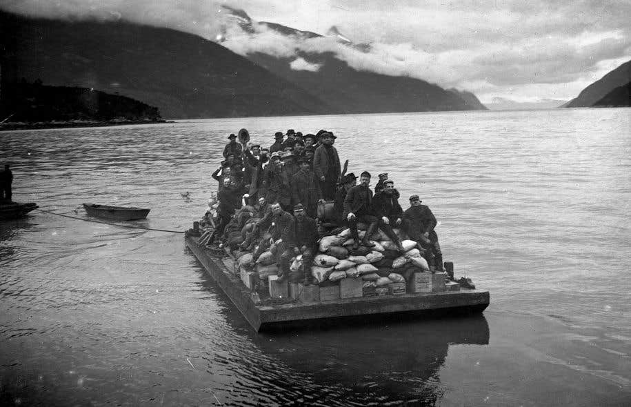 Radeau avec des chercheurs d'or et du matériel en transit entre un navire et la rive du port de Dyea, en Alaska (1987)
