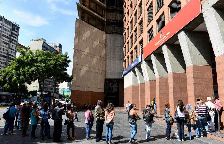 Les files d'attente pour retirer de l'argent aux guichets automatiques étaient longues, mardi, à Caracas.