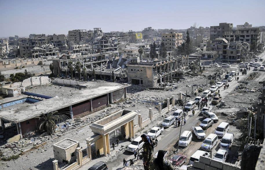 Des combattants des Forces démocratiques syriennes (FDS) à Raqqa, huit jours après le départ du convoi ayant permis de laisser partir 4000 combattants étrangers et leurs familles.