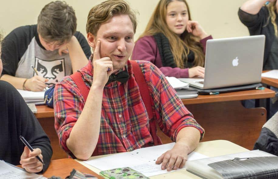 """«On déplore souvent que les jeunes n'aiment pas toujours réfléchir, lire, qu'ils sont souvent hypnotisés par leur téléphone. Oui, parfois. Et en même temps, il y a ce jeune, c'est sa première session de cégep. Il passe tout le cours couché sur sa table et, dès que le mot """"liberté"""" est prononcé, il se relève d'un bond sur sa chaise», assure Emmanuelle Gruber."""