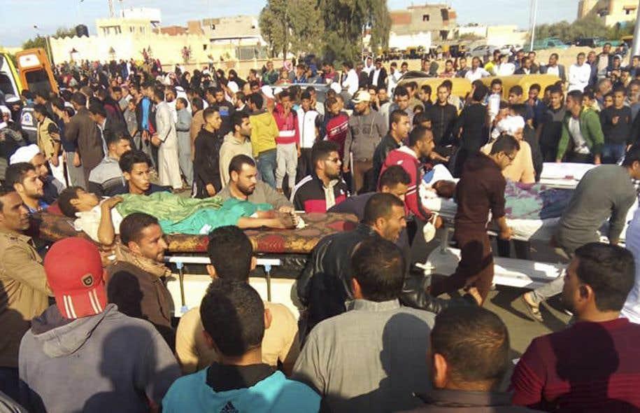 Des personnes blessées dans l'attaque sont évacuées de la mosquée vendredi