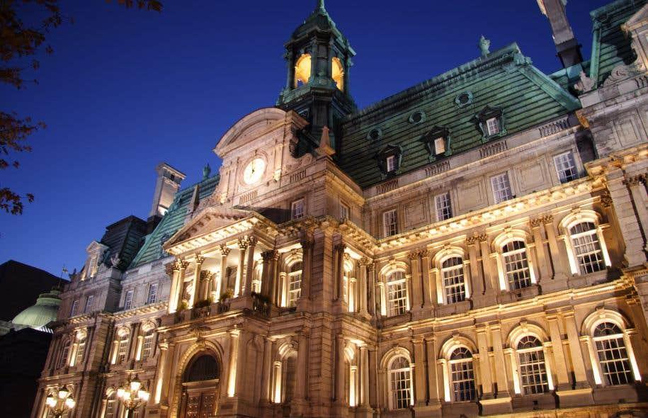 En 2014, le conseiller de Projet Montréal Alex Norrisa été expulsé de la salle du conseil pour s'être présentéà une assemblée sans cravate.