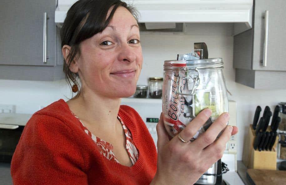 Adepte du zéro déchet depuis cinq ans, Mélissa de la Fontaine, fondatrice de l'entreprise Le Mini-vert, a graduellement éliminé les emballages de sa vie. Sa poubelle se limite à ce petit contenant en verre.
