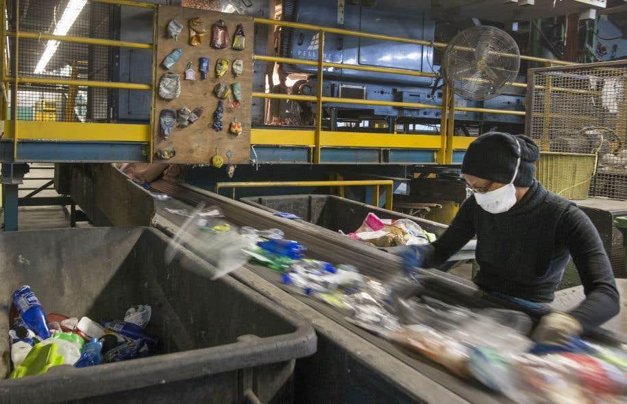 En 2012, environ 63% des matières recyclables générées par les ménages au Québec ont été récupérées, mais à peine plus de la moitié de la collecte dirigée vers les centres de tri était vendue aux fins de recyclage.