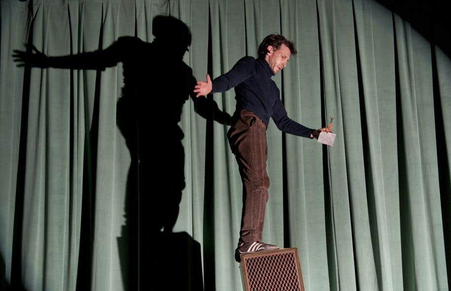 Entre jeux clownesques et performances physiques, Patrick Léonard multiplie l'air de rien les exploits acrobatiques.