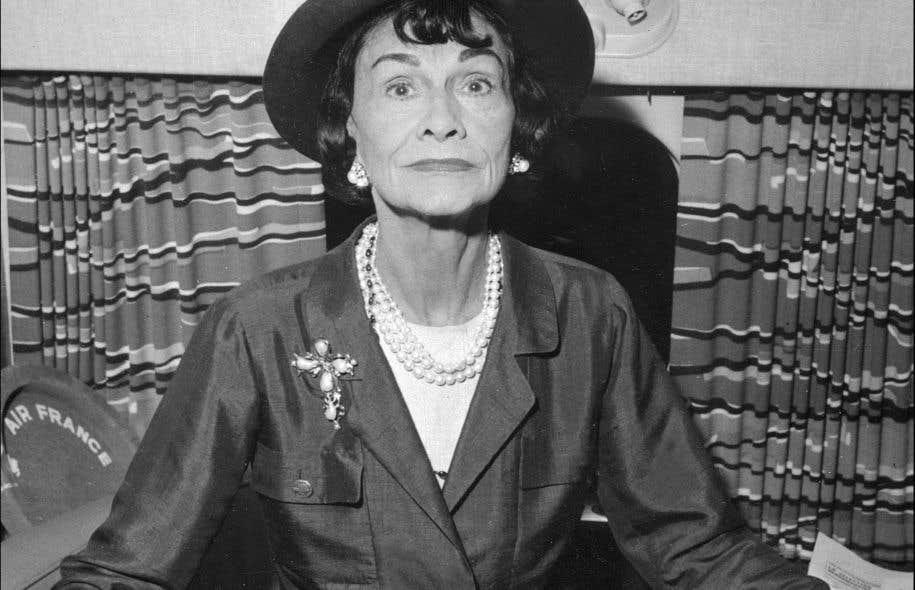 Photo datée des années 1960 prise dans un avion à Paris de Coco Chanel, fondatrice de la maison de haute couture.