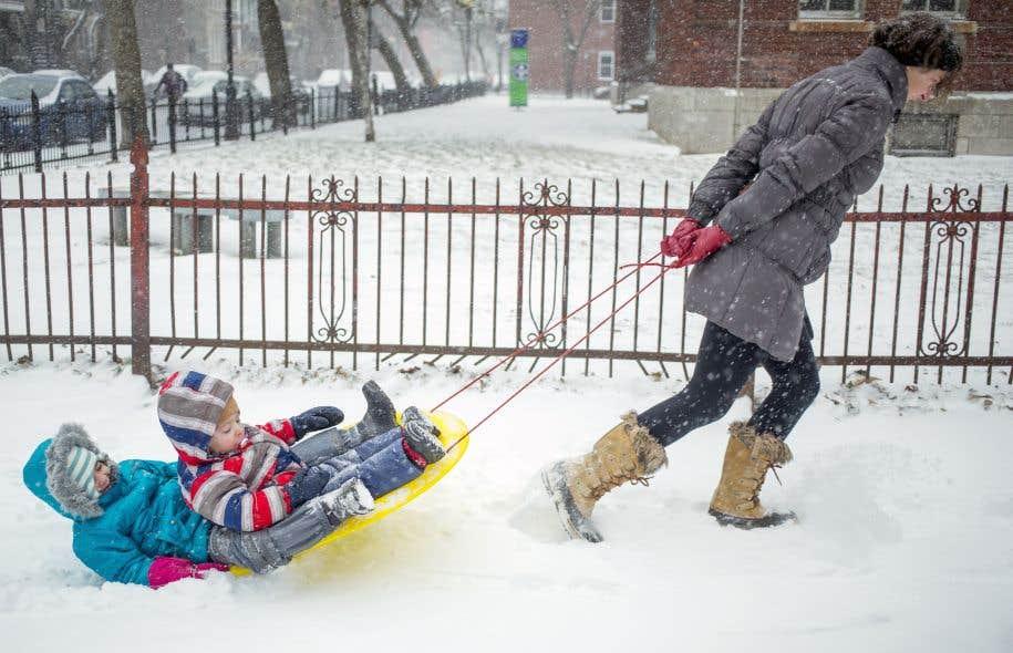 La Ville enlèvera en priorité la neige des derniers jours sur les terrains des hôpitaux, sur les accès au réseau de transport collectif et sur les grandes artères, avant de s'attaquer aux 10000 kilomètres de rues et de trottoirs répartis dans ses 19 arrondissements.