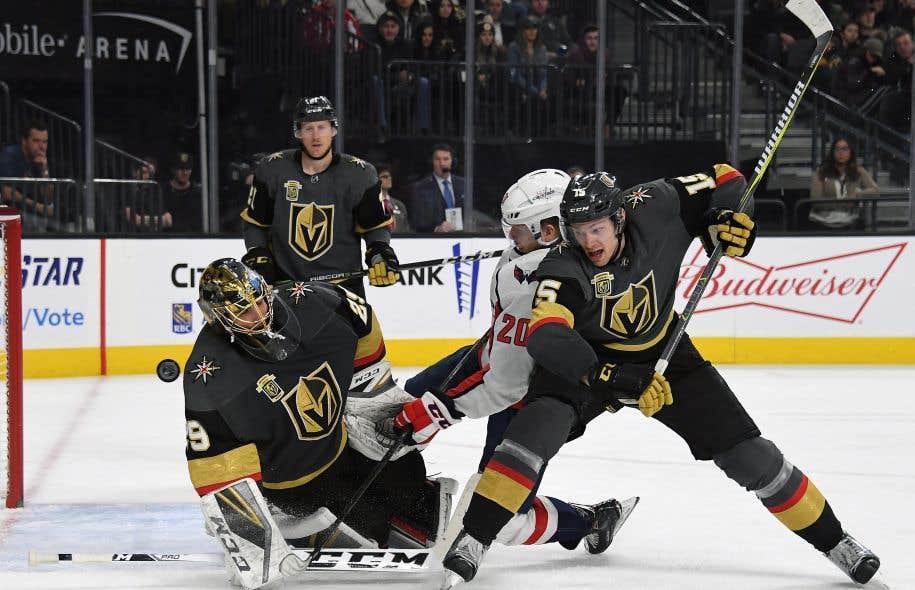 Le gardien des Golden Knights, Marc-André Fleury, arrête un tir de Lars Eller, des Capitals de Washington, alors que Jon Merrill, des Golden Knights, défend le filet de son équipe.