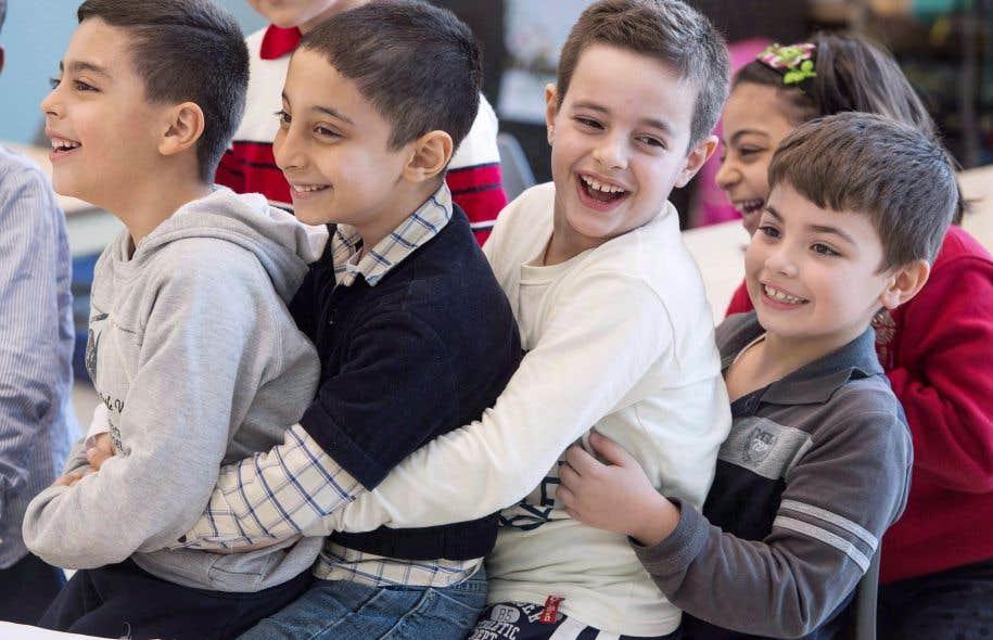 Les jeunes réfugiés syriens Jamil Haddad (à gauche) et Tony Batekh (au centre) s'amusaient en classe de français, à Montréal, en février 2016. L'an dernier, le Canada a réinstallé plus de 45000 réfugiés syriens. Mais le nombre de réinstallations a diminué de manière importante en 2017.
