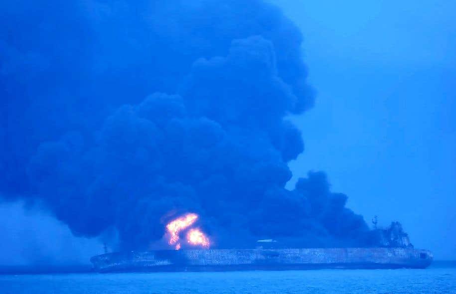 La garde côtière coréenne a fourni une photo où le pétrolier iranien est aperçu en flammes après une collision avec un navire chinois.