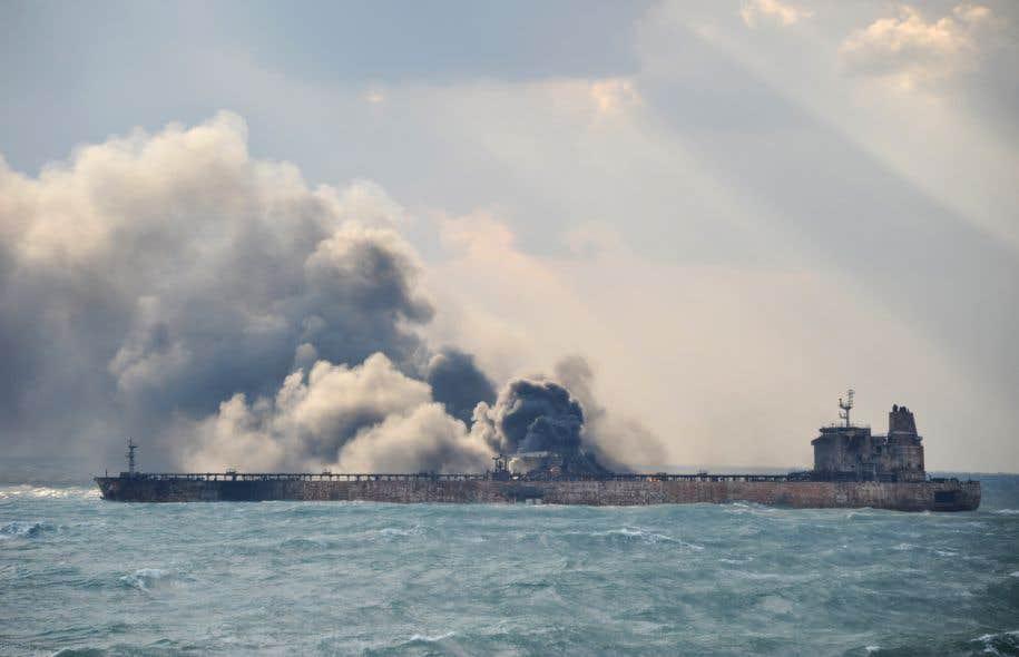 Une trentaine de membres d'équipage du pétrolier manquent toujours à l'appel, et le navire continue de brûler.
