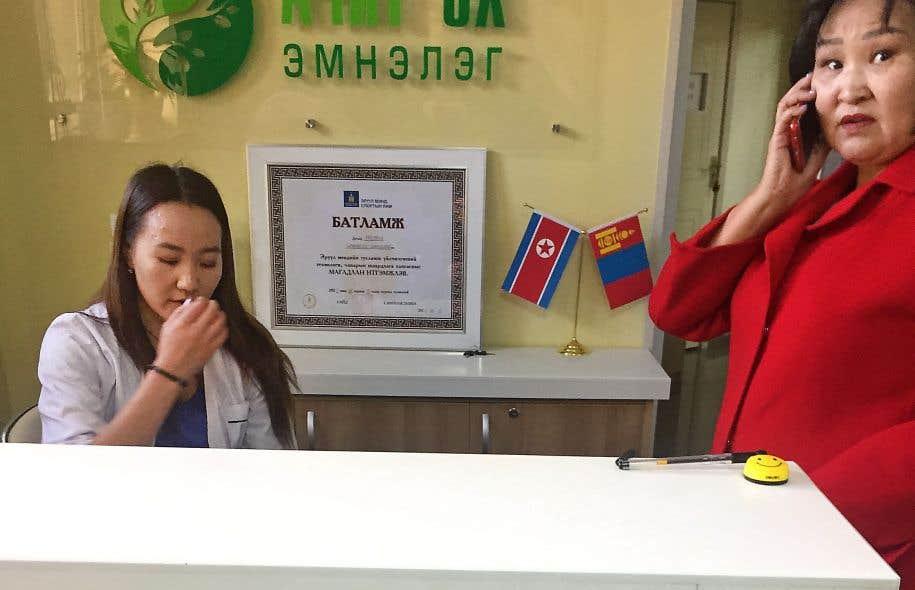 Dans le hall d'une clinique à Oulan-Bator, un certificat d'autorisation délivré par le gouvernement mongol aux côtés des drapeaux nord-coréen et mongol