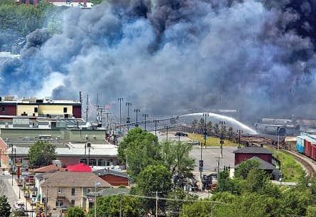 Scène de désolation au centre-ville de Lac-Mégantic samedi matin, à la suite de la catastrophe ferroviaire qui a provoqué la mort d'au moins cinq personnes et la disparition de dizaines d'autres